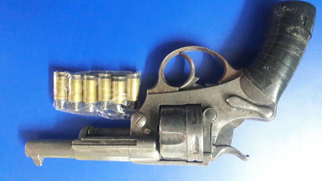 Avellaneda cuatro aprehendidos en allanamientos for Interior y policia consulta de arma
